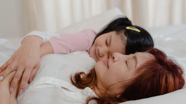 abuela dormida nieta feliz Día de los abuelos. ¿Has felicitado a los tuyos?