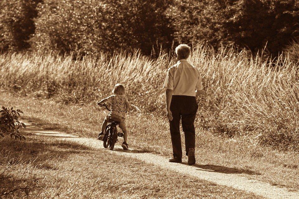 abuelo nieto cariño Día de los abuelos. ¿Has felicitado a los tuyos?