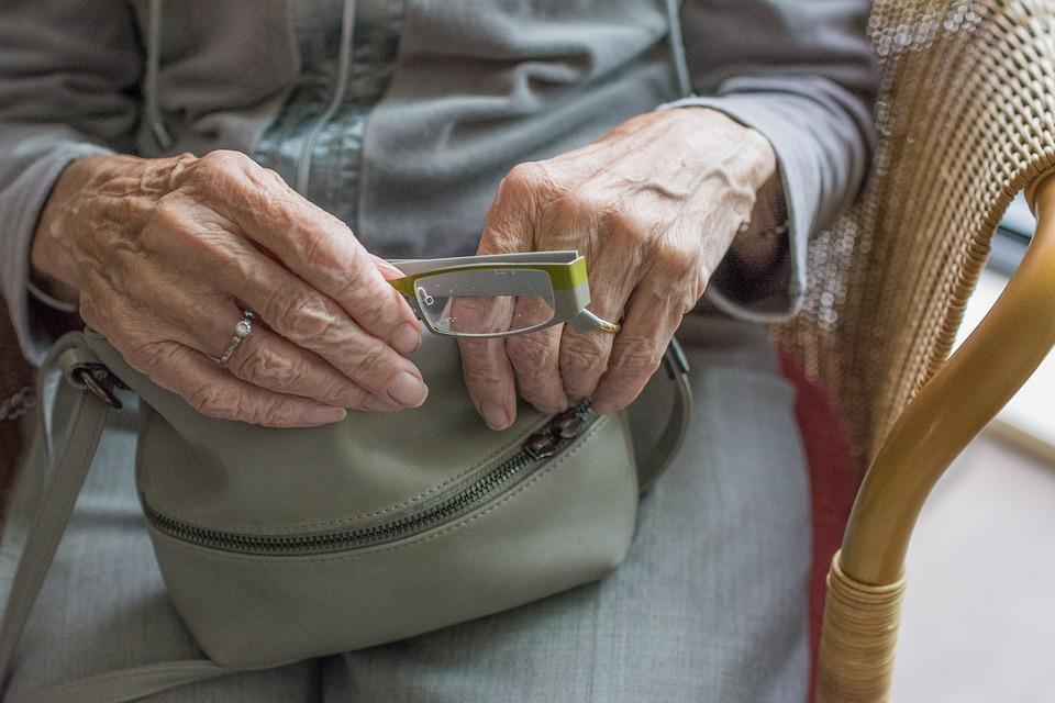 mano mujer mayor La osteopatía y las personas mayores