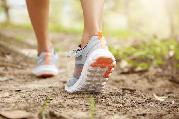caminar zapatillas 6 consejos para prevenir y mejorar los dolores de espalda