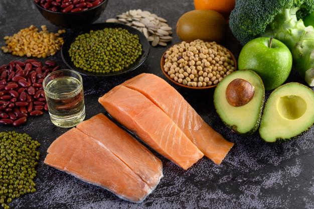 legumbres brocoli fruta salmon colocados piso cemento negro Osteoporosis, la mejor receta para prevenirla