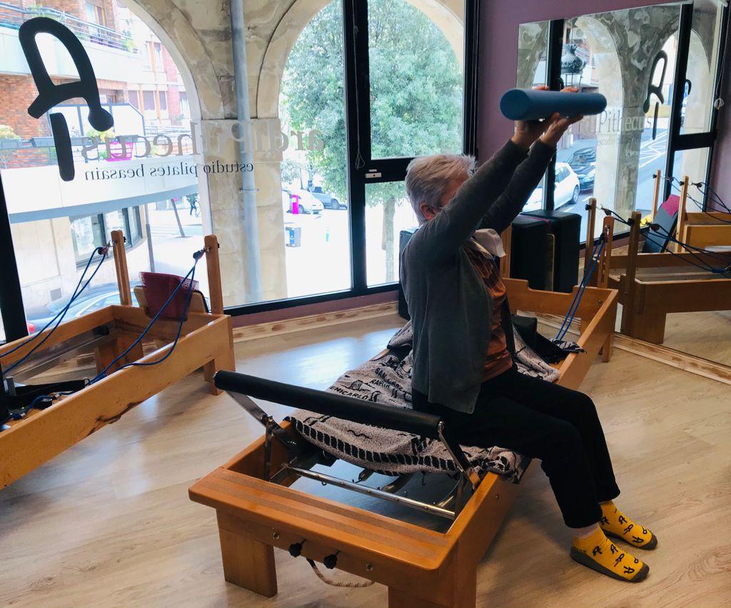 senora haciendo pilates Osteoporosis, la mejor receta para prevenirla